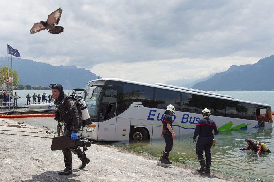 Autocar dans le lac Leman